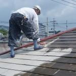05_屋根塗装_シーラー塗布中