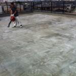 ④コールタールを完全に剥ぎ取り、下地に薄いセメント系の材料を塗ったのがこの状態です。