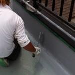 ⑩立ち上がり部分の塗装。メッシュシートの上に下塗り材を塗り重ねていきます。