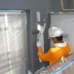 31_2階、壁面上塗り中_ローラー施工中
