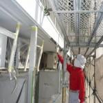 32_2階、壁面上塗り中_刷毛施工中