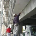 15_2階・軒天塗り,刷毛で施工中、梁はペンキが付かないように養生済
